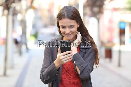 ehrliche teen ueberpruefen smartphone text auf