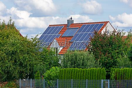 modernes haus mit photovoltaik und solarheizung