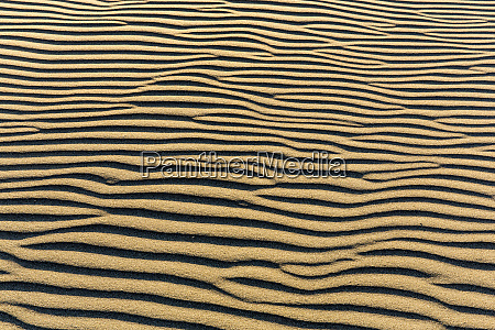 sand patterns on the beach at