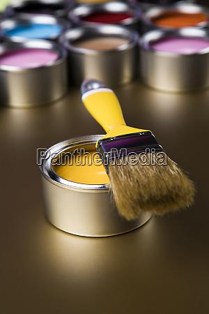 pinsel blechdose und farbfuehrungsproben