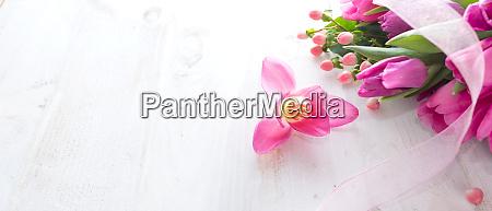 rosa tulpen auf weissem vintage hintergrund