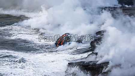 kamokuna lava flow entering the pacific