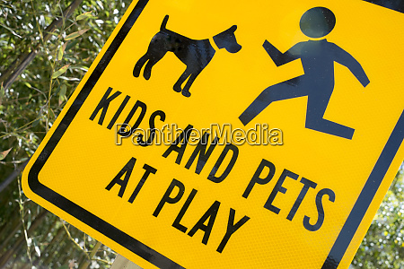 kids and pets at play warnschild