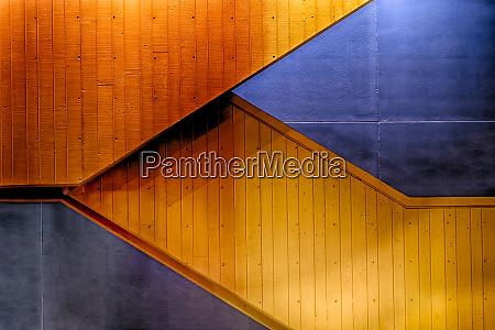 grafische komposition von orangefarbenen treppen gegen