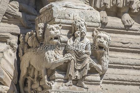 sculpture of daniel in the lions