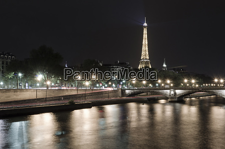 the eiffel tower at night from