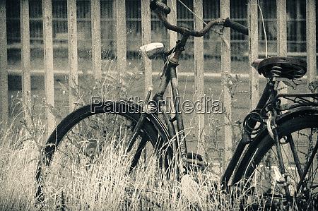 verlassenes vintage fahrrad