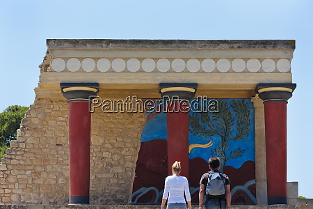 tourists at the minoan palace at