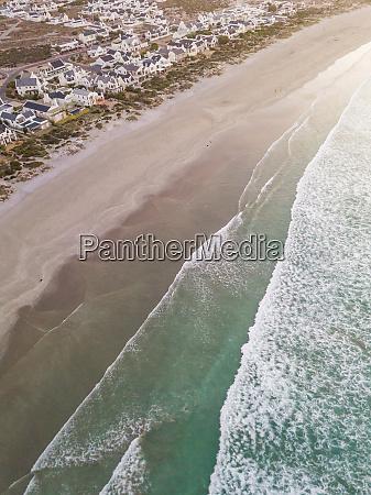 luftaufnahme des sonnenuntergangs ueber dem strand
