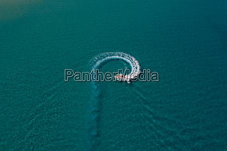 luftaufnahme des touristischen schnellbootsegelns am mittelmeer