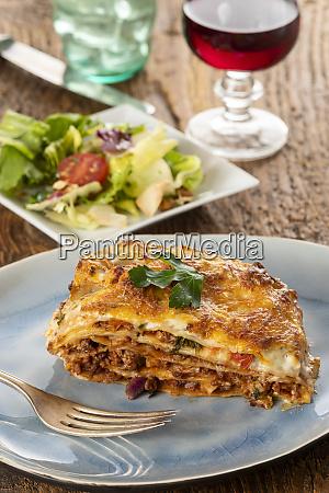 teil der lasagne auf einem teller