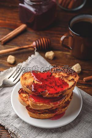stapel von franzoesischen toasts mit beerenmarmelade