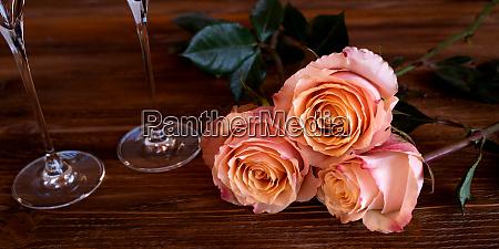 romantisches stillleben mit zarten rosen