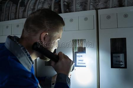 elektriker untersucht eine sicherung