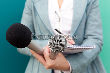 journalistin bei pressekonferenz