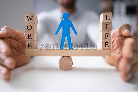 geschäftsperson, schützt, arbeit, und, lebensbalance - 27950777