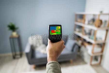 person hand mit infrarot waermebildkamera im