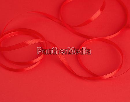 verdrehte rote seide glaenzende band auf