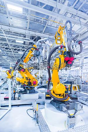 roboter in einem autowerk