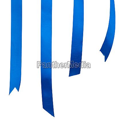 verschiedene enden des blauen seidenbandes auf