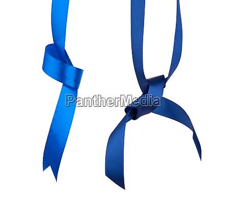 blau und dunkelblau seidenband haengend mit