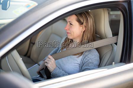 huebsche junge frau die ein auto