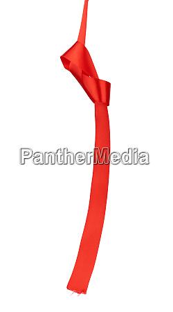 rotes seidenband haengend mit einem verknoteten