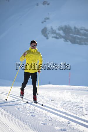 langlauf junger mann langlauf am wintertag