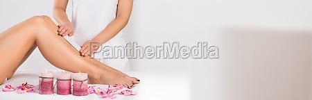 kosmetikerin wachsen frau bein im salon