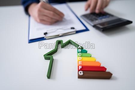 geschaeftsmann berechnet energieeffizienzrate