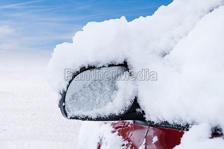 autospiegel mit schnee bedeckt