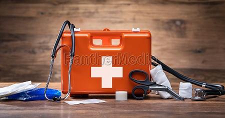 erste hilfe kit mit medizinischen geraeten