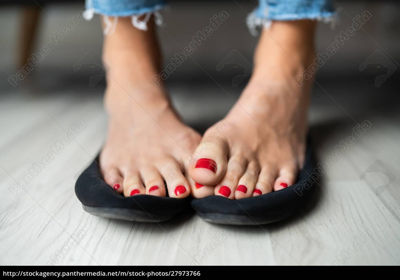 frau, sweaty, füße, auf, schuhe - 27973766