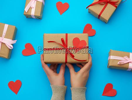weibliche hand haelt eine box in
