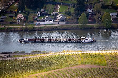frachtschiff auf der mosel deutschland