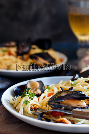 spaghetti with mussels and tomatoes
