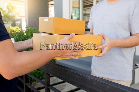 lieferservice konzept kundenhand erhalten ein pappkartonpaket