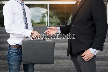 zwei zuversichtliche geschaeftspartner diskutieren workflow plan