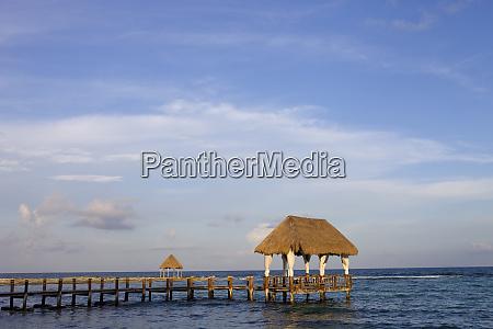 holzdock am karibischen meer auf der