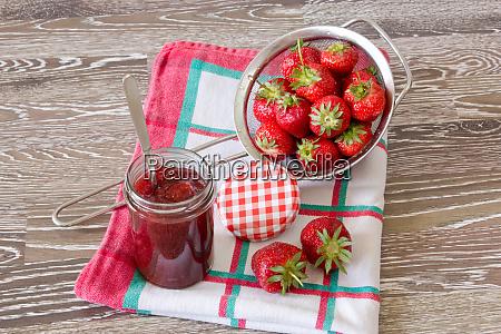 preserving strawberry jam