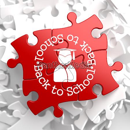 zurueck zur schule auf rotem puzzle