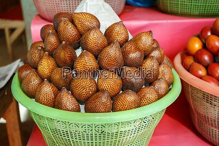 salak bali oder schlangenfrucht im plastikkorb