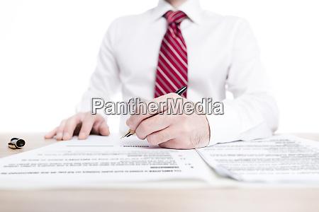 geschaeftsmann in hemd und krawatte unterzeichnung