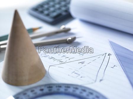 nahaufnahme mathematischer instrumente mit diagramm auf