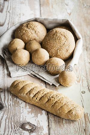 knusprige hausgemachte broetchen und baguette