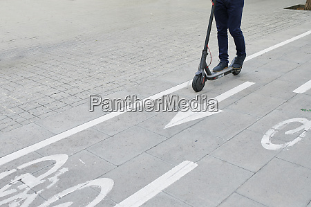 beine des mannes fahren e scooter