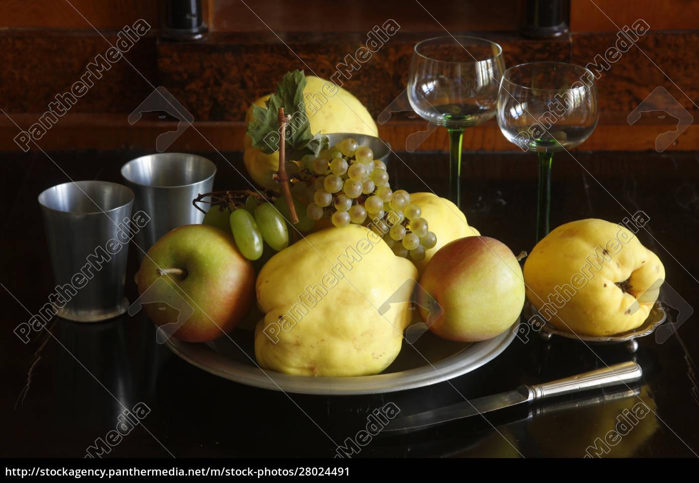 stillleben, mit, quitten, Äpfeln, und, trauben - 28024491
