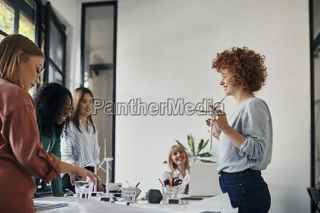 geschaeftsfrauen bei einem treffen im buero