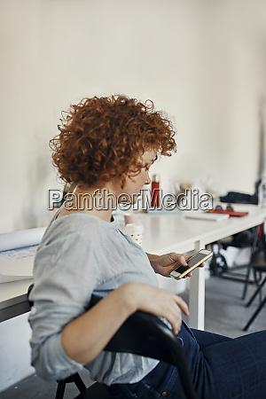 geschaeftsfrau mit smartphone im buero