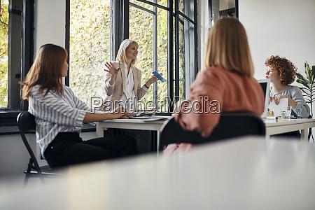 geschäftsfrauen, die, ein, treffen, im, amt, haben - 28033471